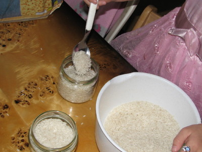 nasypywanie ryżu