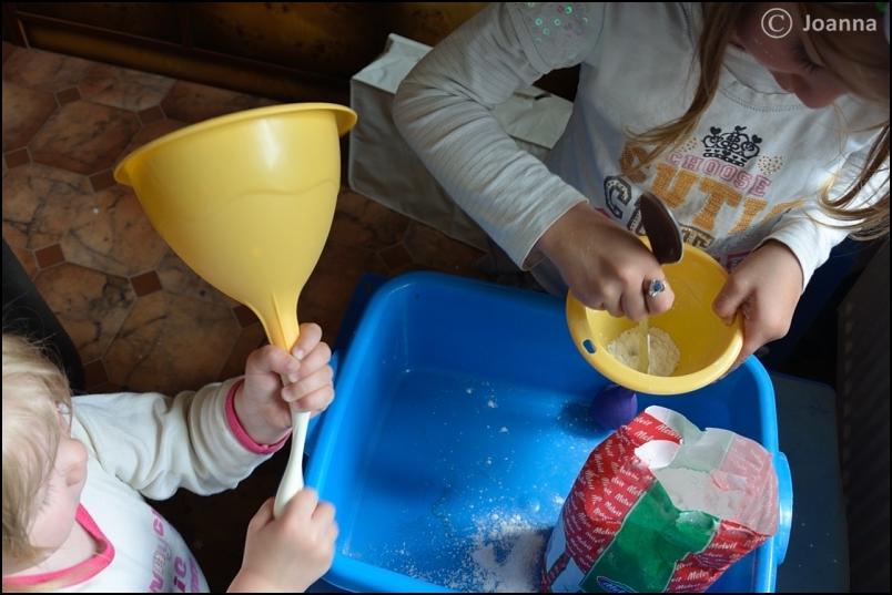 Napełnianie balonów mąką