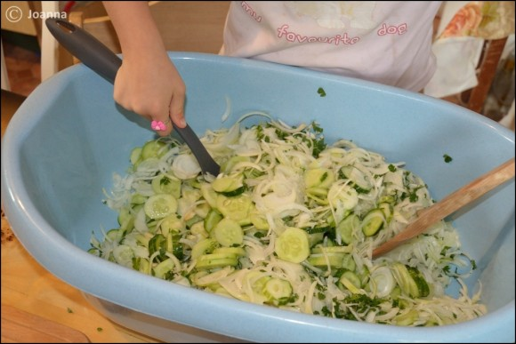 mieszanie sałatki