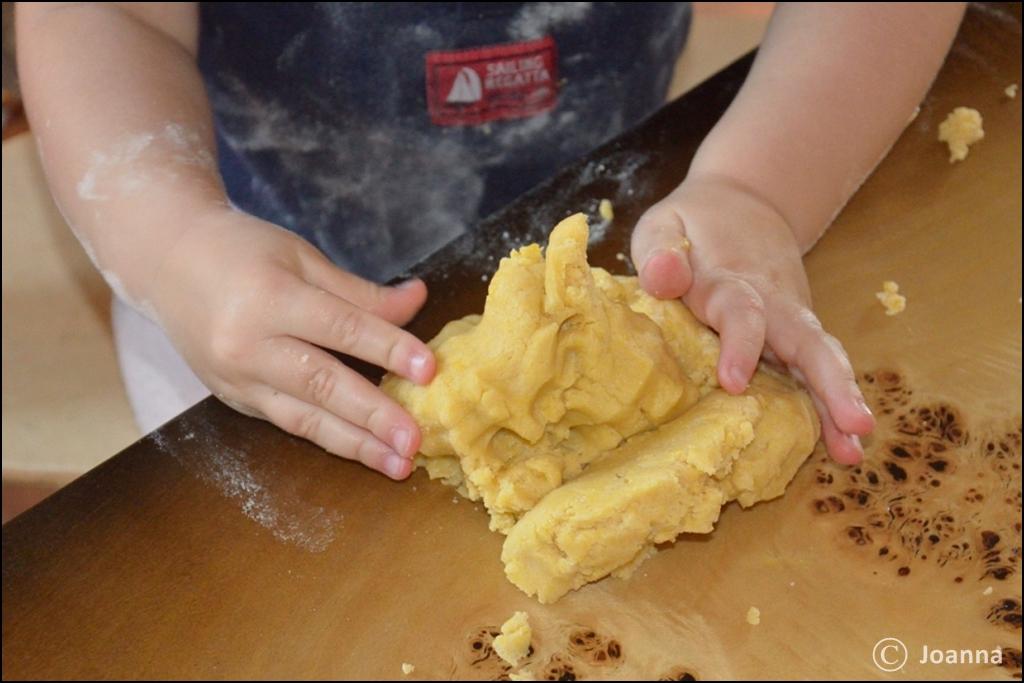 wyrabianie ciasta kruchego
