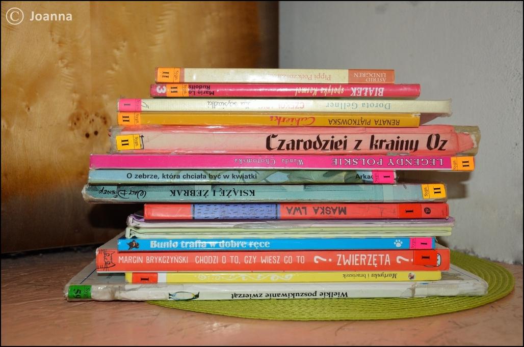książki - wieża z biblioteki