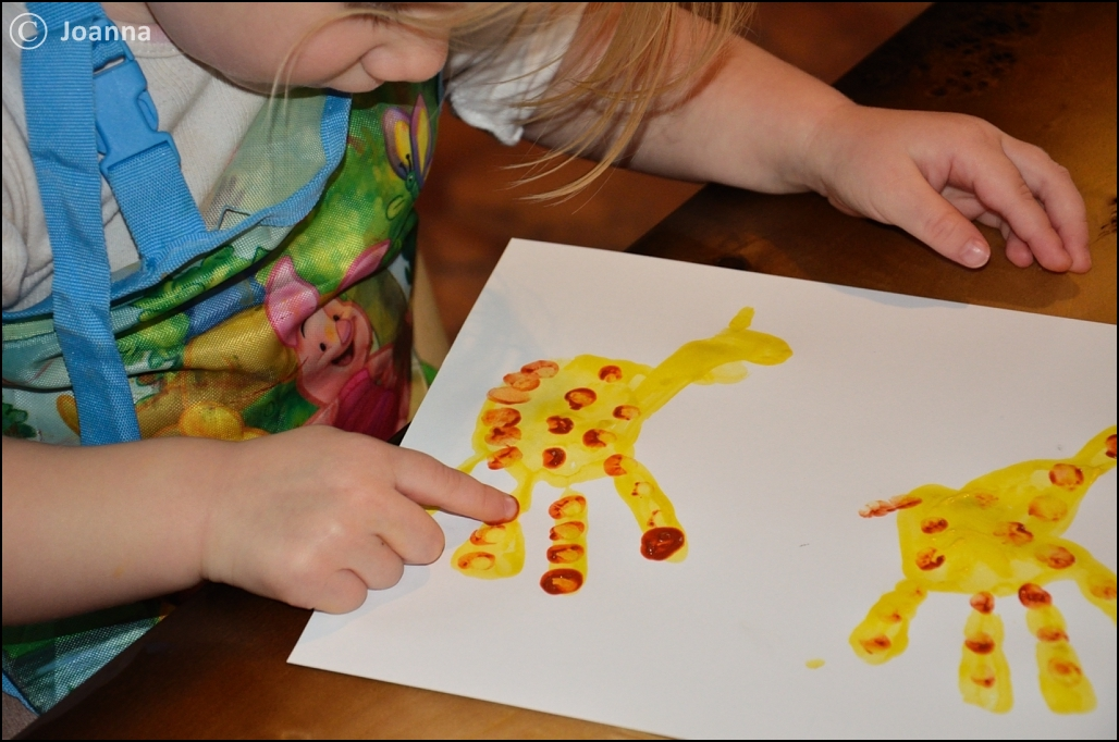 żyrafy malowane dłońmi