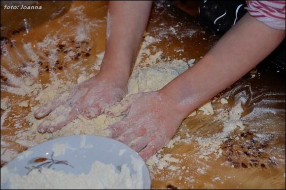 mieszanie składników ciasta