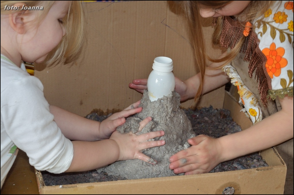 wulkan z masy papierowej