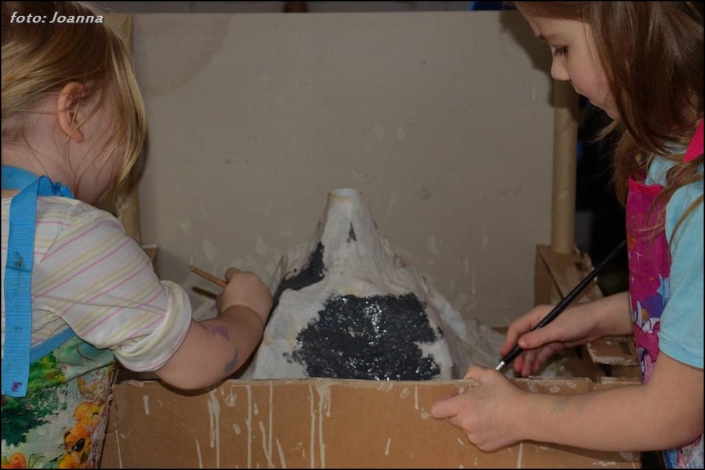 malowanie wulkanu z paper mache