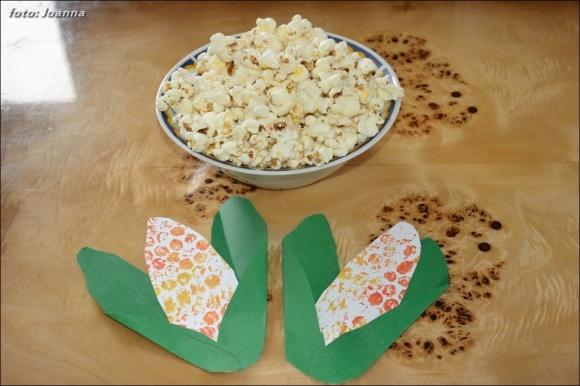 papierowa kukurydza i popcorn