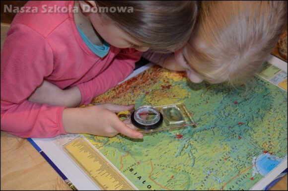 Dzieci badają topografię na mapie Polski