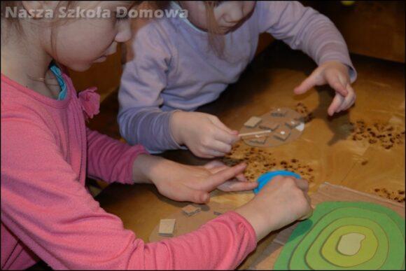 Dzieci budują model góry