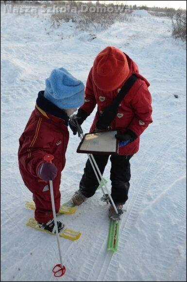 Dzieci analizują plan osiedla.