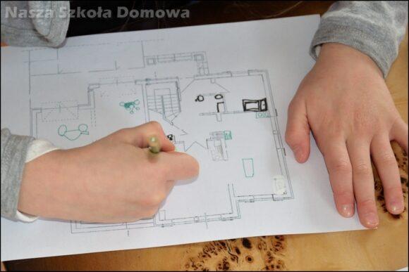 Dziecko uczy się czytać plan domu