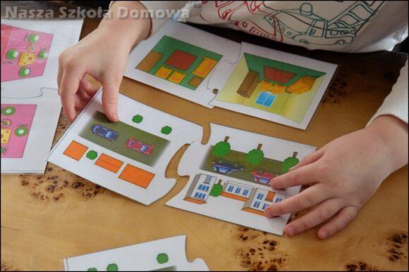 Dziecko układa puzzle z planem domu