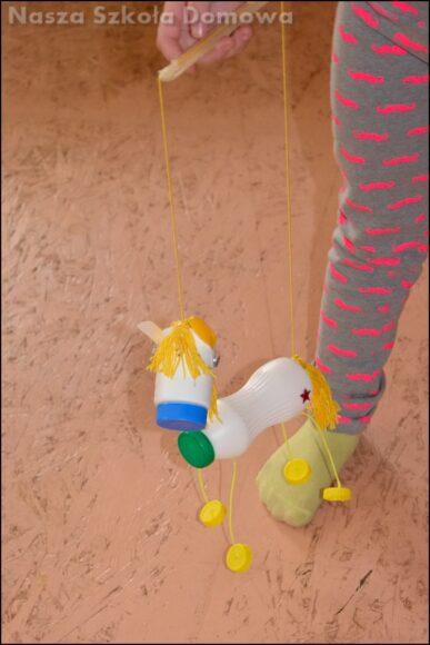 poruszanie konikiem marionetką