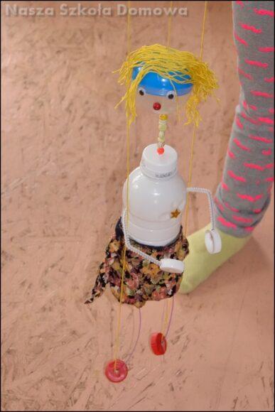 lalka marionetka z butelki