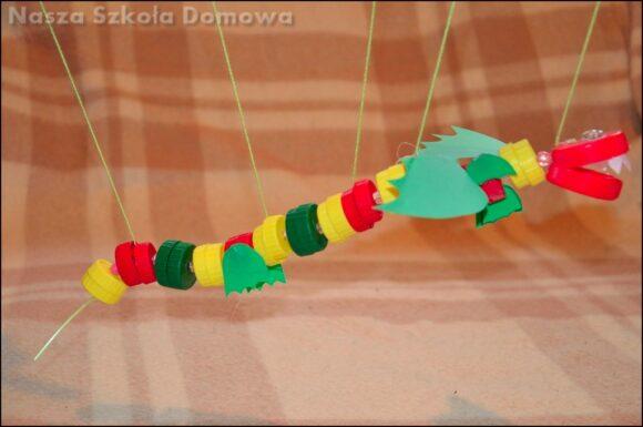 smok marionetka z nakrętek