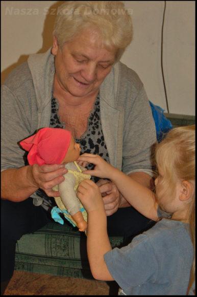babcia pomaga szyć